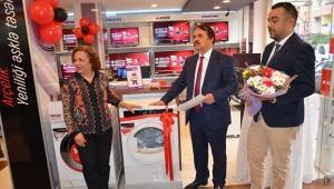 Emekli öğretmenlerin Arçelik hediyesini Mustafa Keleş verdi