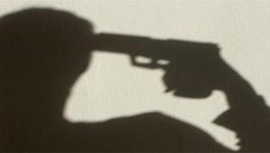 Kadın polis memuru başına silahla ateş etti