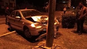 Otomobil ile elektrik direğine çarptı