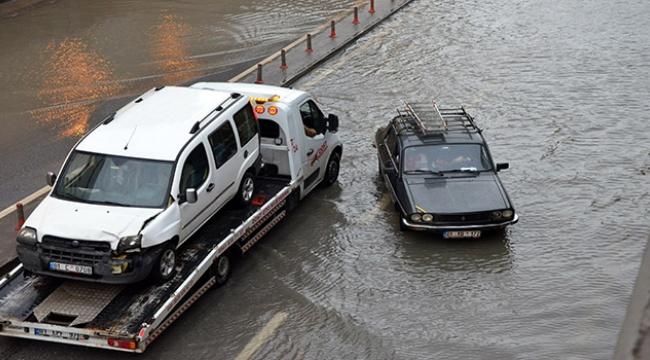Adana'da sağanak yağışlar trafiği felç etti.