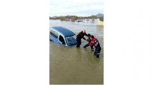 Adana'da sele kapılan araçta kalan sürücüyü itfaiye kurtardı