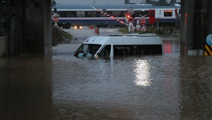 Adana sele teslim! Servis aracı suya gömüldü