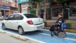 Engelli yolunu kapattı