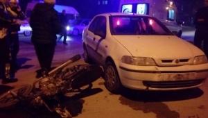 Kozan'da otomobille çarpışan motosikletli yaralandı