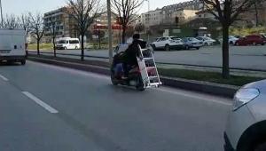 Trafikte motosikletle merdiven taşıdılar