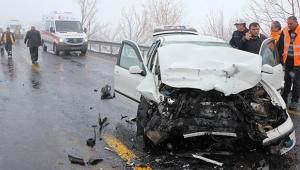2 otomobil kafa kafaya çarpıştı: 6 yaralı
