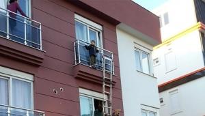 Küçük çocuk balkonda mahsur kaldı