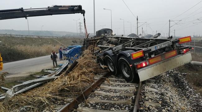 Süt tankeri demir yoluna devrildi: 2 ölü