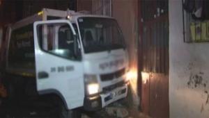 Temizlik işçisi bina ile çöp arabasının arasında sıkıştı