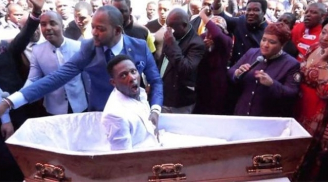 Yüzlerce insanın gözü önünde ölüyü diriltti