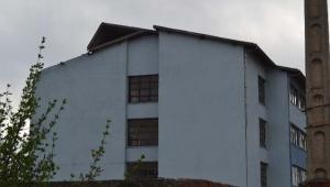 Adana'da fırtına okulun çatısını uçurdu
