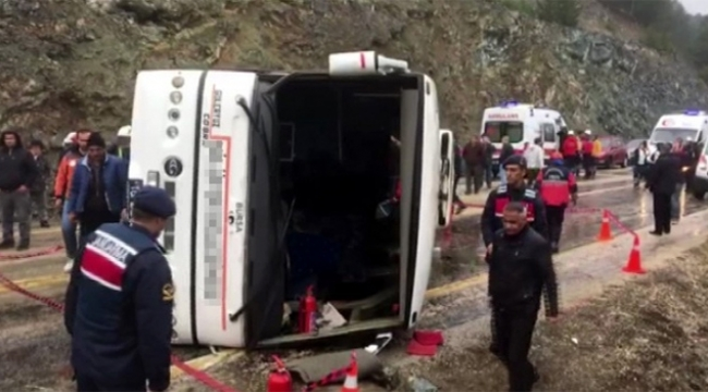 Cenazeye giden otobüs kaza yaptı