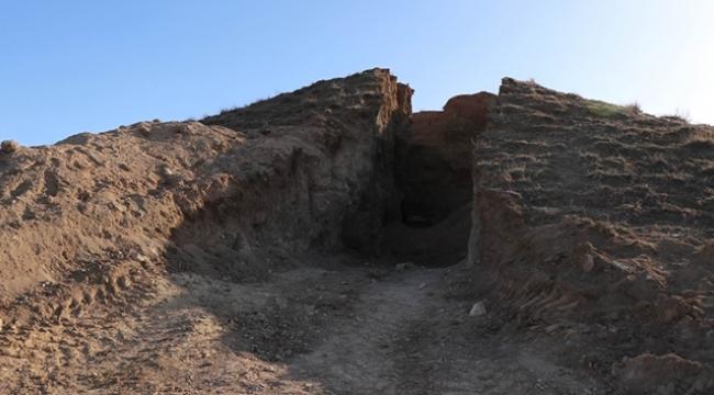 Defineciler tepeyi ikiye böldü, anıt mezar çıktı