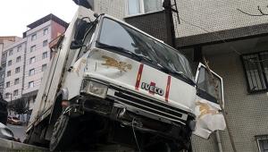 Freni patlayan kamyonet yokuş aşağı kaydı