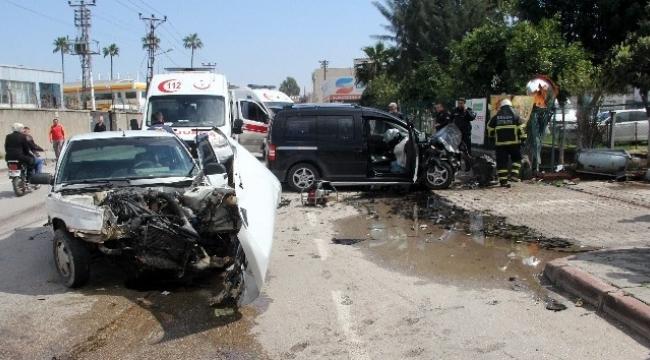 Otomobil ile ticari araç çarpıştı: 4 yaralı var