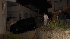 Sürücü çarptığı duvarda asılı kaldı