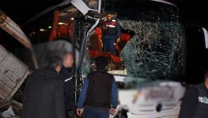 Yolcu otobüsü tıra çarptı çok sayıda yaralı var