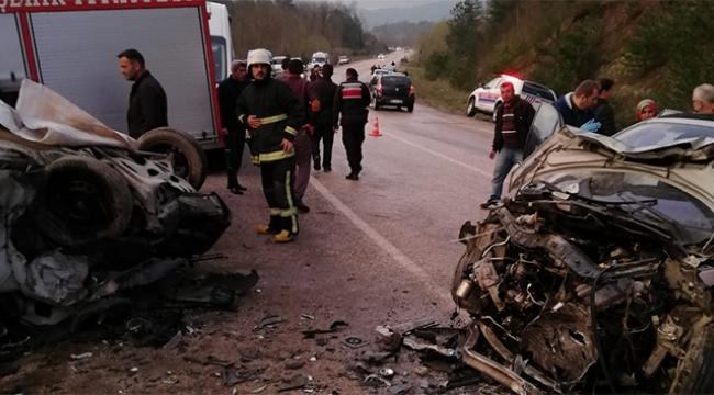 2 araç kafa kafaya çarpıştı: 2 ölü 8 yaralı