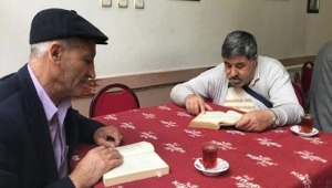 Kahvede 1 saat kitap okuyana çay ücretsiz