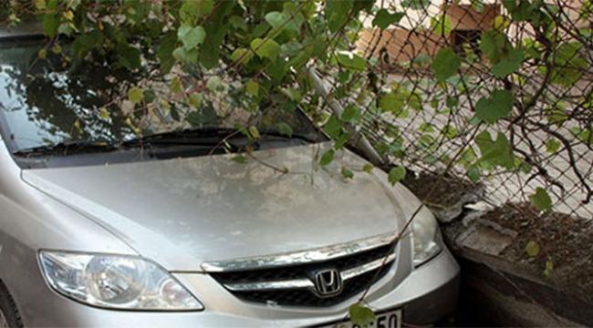 Bahçe duvarı araçların üzerinde devrildi