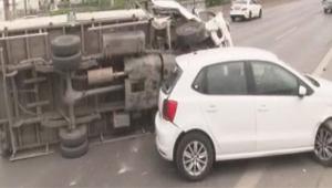 İki kaza trafiği felç etti