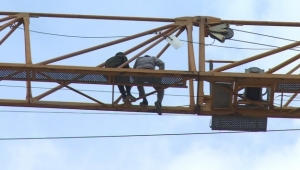 İnşaat işçileri vincin üzerinde intihar girişiminde bulundu