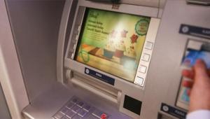 Parasını yutan ATM'ye baltayla saldırdı