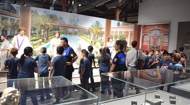 Polisten öğrencilere müze gezisi