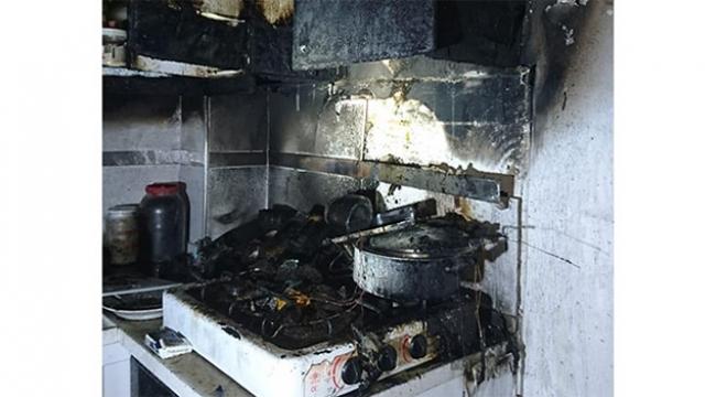 Sahurda ocakta unutulan yemek yangına neden oldu