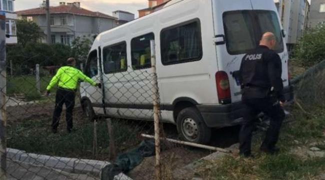 Servis aracı evin bahçesine düştü