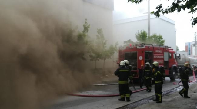 Fabrikanın arşiv deposu alev alev yandı