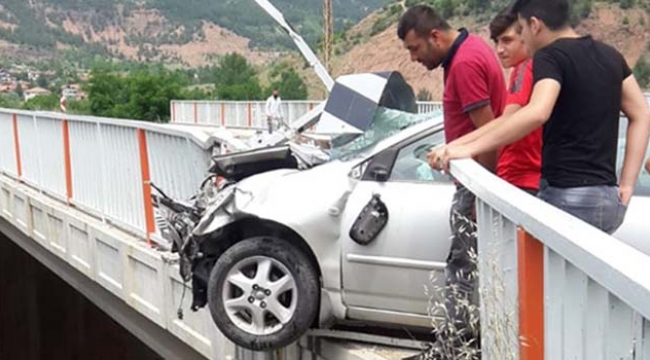 Otomobil köprüye asılı kaldı faciadan dönüldü