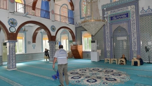 Çukurova Belediyesi ibadethaneleri temizliyor