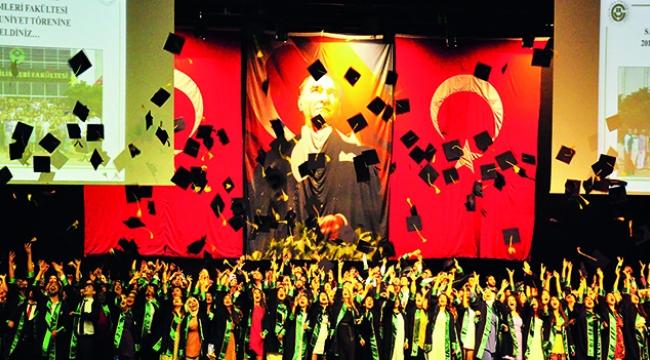 Çukurova Üniversitesi sağlık ordusuna 41 ebe, 239 hemşire kazandırdı