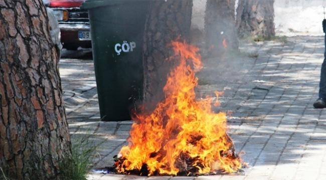 Genç kız elbiselerini ateşe verdi