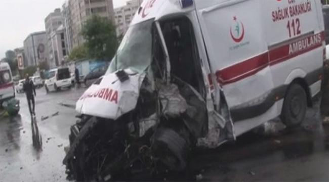 Hasta taşıyan ambulans kaza yaptı yaralılar var