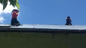 Kız çocuğu çatıya çıkıp intihara kalkıştı