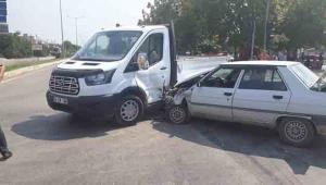 Otomobil ile kamyonet çarpıştı