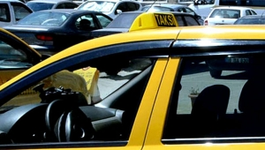 Taksici kadın turisti darp etti