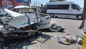 Otomobil yolcu otobüsüne çarptı