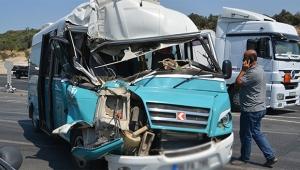 Yolcu minibüsü hafriyat kamyonuna çarptı