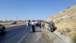 Direksiyon hakimiyetini kaybettiği araç yan yattı