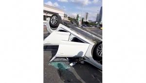 Otomobil takla atarak başka bir aracın üzerine uçtu