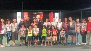 Adliyeciler teniste madalyaları topladı
