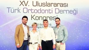 Doç.Dr. Aslıhan UZEL, Ortodonti alanındaki Uluslararası başarısını öğrencileriyle paylaşıyor