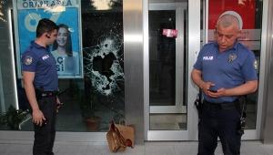 Çekiç ile bankanın camını kırıp soygun girişiminde bulundu