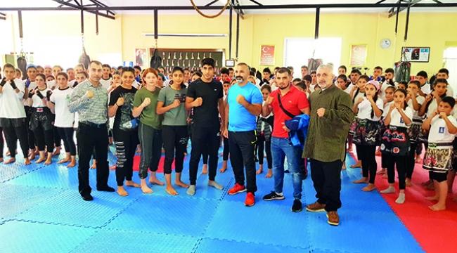 Muay Thai'nın dünya yıldızı köylü sporcularla idman yaptı
