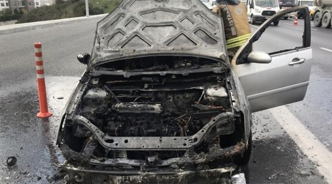 Otomobil otoyolda alev alev yandı