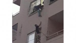 Pencere önünde oynayan çocuk korkuluklara asılı kaldı