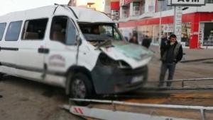 Servis minibüsü kaza yaptı yaralılar var